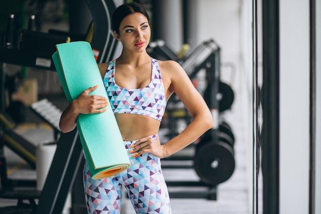 Femme, exercice, gymnase, tenue, yoga, tapis Photo gratuit