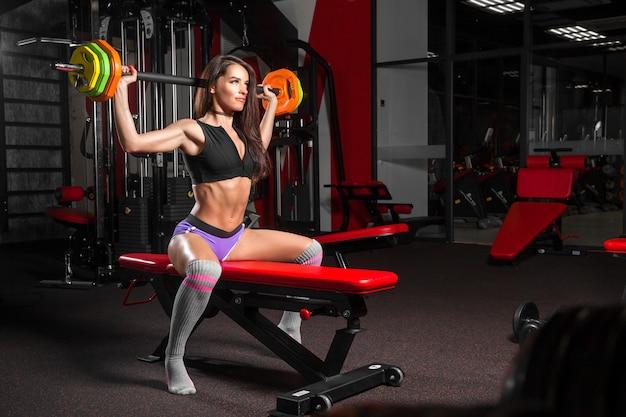 Femme, exercice, gymnase Photo Premium