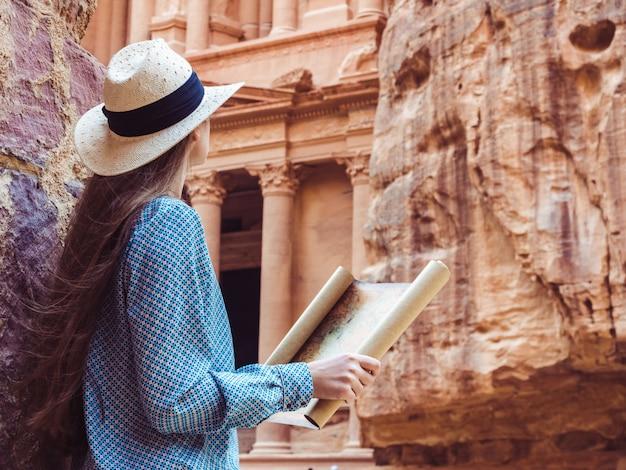 Femme explorant les curiosités de la ville de petra Photo Premium