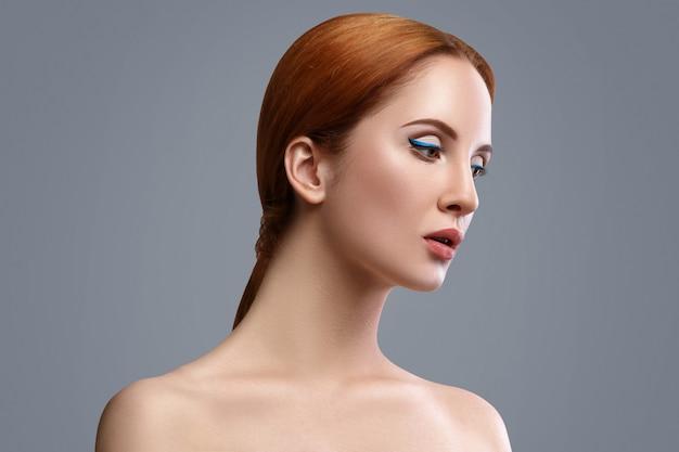 Femme Avec Eye-liner Bleu Photo Premium