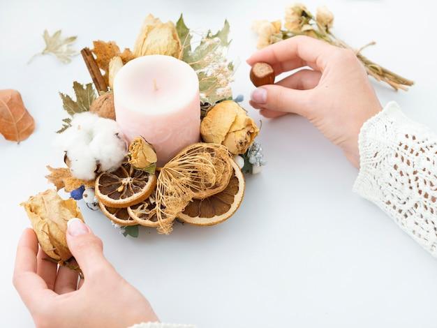 Femme, fabrication, bougie, décoration Photo gratuit