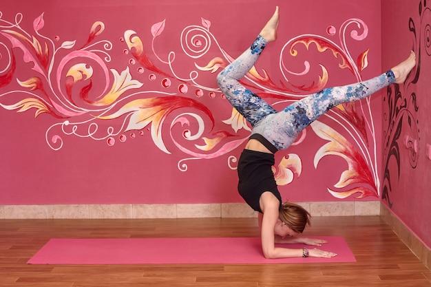 Femme, Faire, Yoga, Exercices Photo Premium