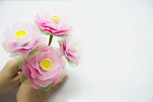 Femme faisant une belle fleur en nylon Photo gratuit