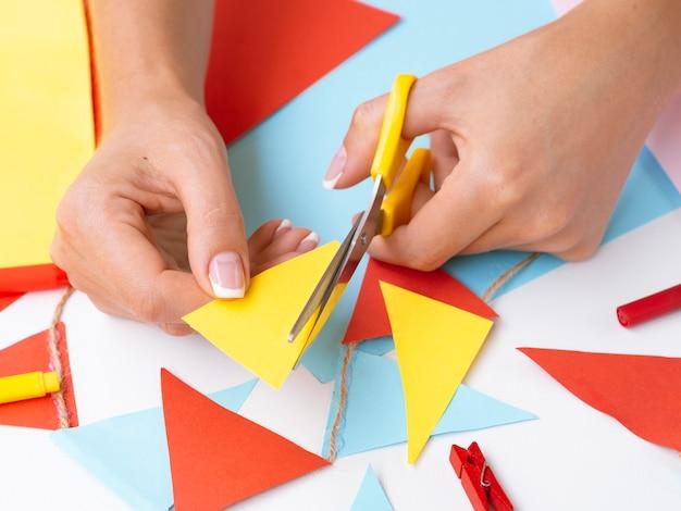 Femme faisant des décorations avec du papier de couleur Photo gratuit