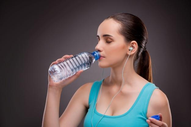 Femme faisant du sport avec une bouteille d'eau douce Photo Premium