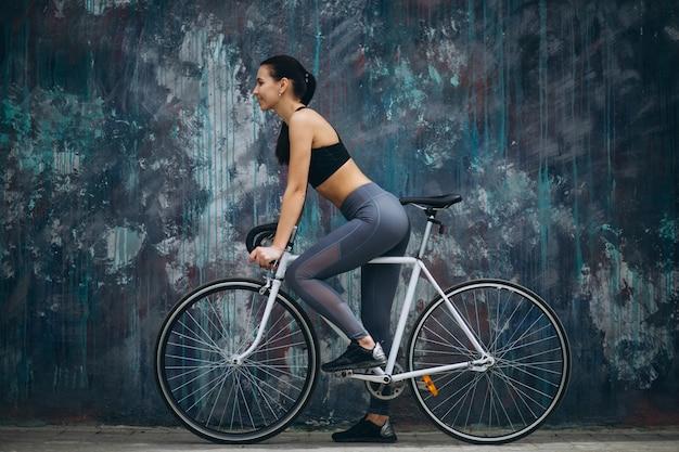 Femme faisant du vélo dans la ville Photo gratuit