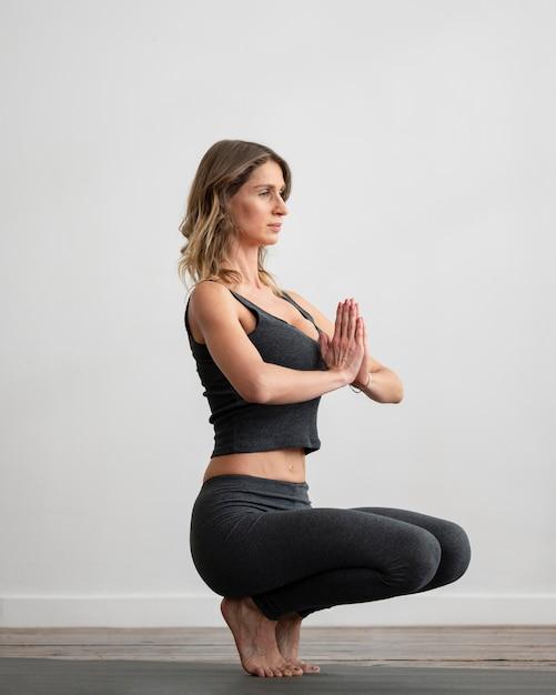 Femme Faisant Du Yoga à La Maison Photo gratuit