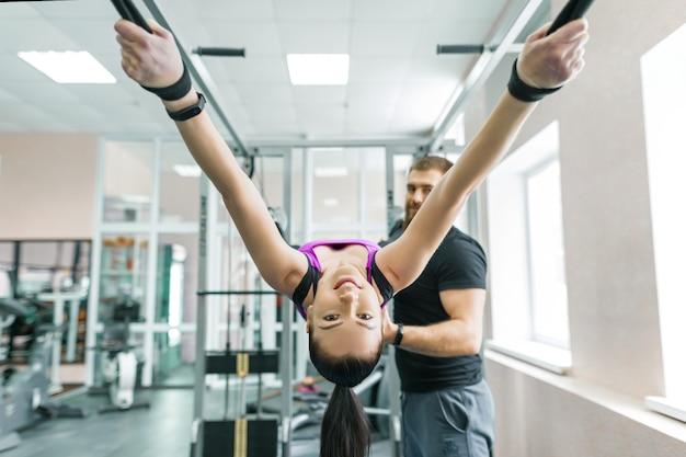 Femme faisant des exercices de réadaptation avec un instructeur personnel Photo Premium
