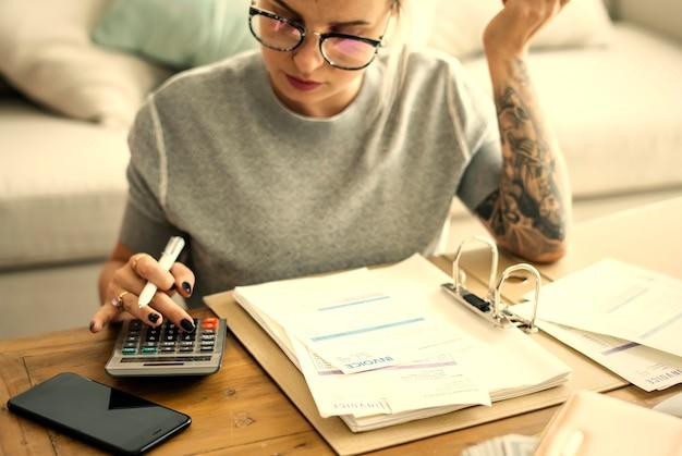 Femme faisant ses finances à la maison Photo Premium