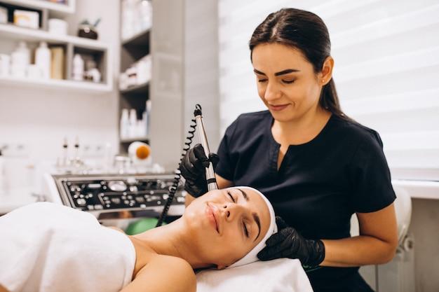Femme faisant des traitements de beauté dans un salon de beauté Photo gratuit