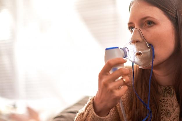 Femme fait l'inhalation à la maison. Photo Premium