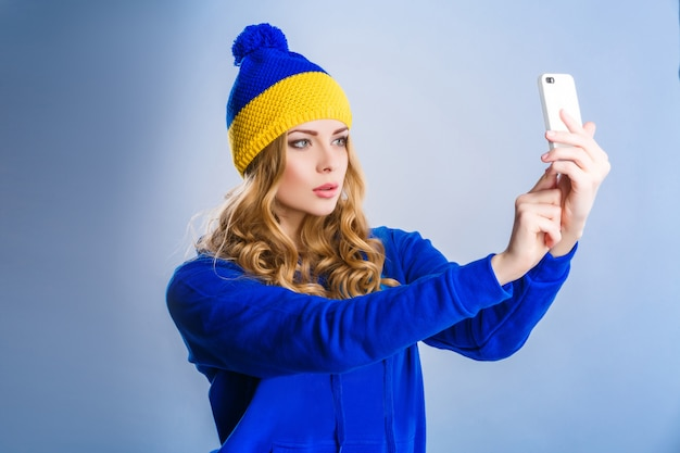 Femme fait un selfie Photo Premium