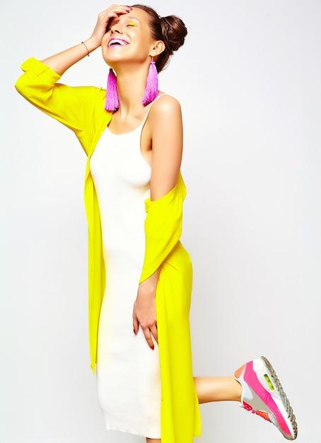 Femme Fashion Dans Des Vêtements D'été Décontractés Photo gratuit