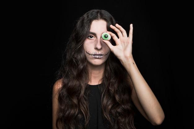 Femme fermant les yeux par un faux clignotant Photo gratuit
