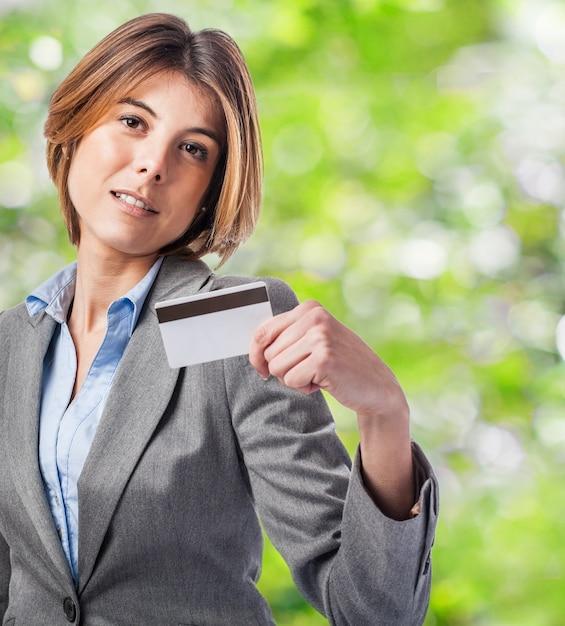Femme fier titulaire de la carte avec la main gauche Photo gratuit