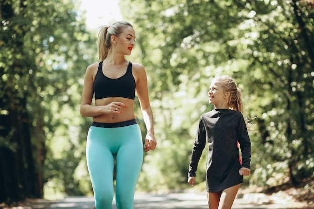 Femme, fille, jogging, parc Photo gratuit