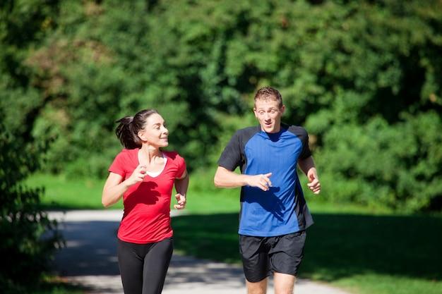 Femme - fitness avec entraîneur personnel Photo Premium