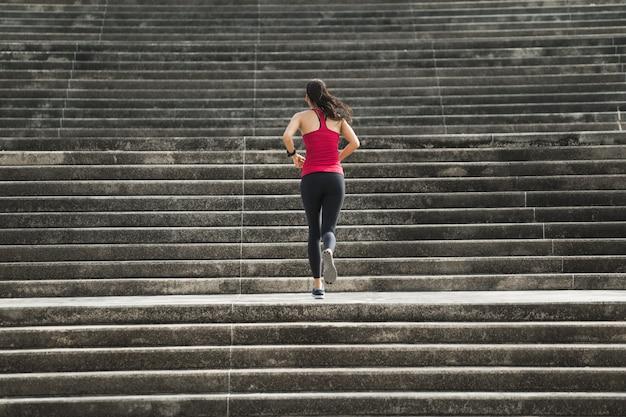 Femme fitness monter les escaliers Photo Premium
