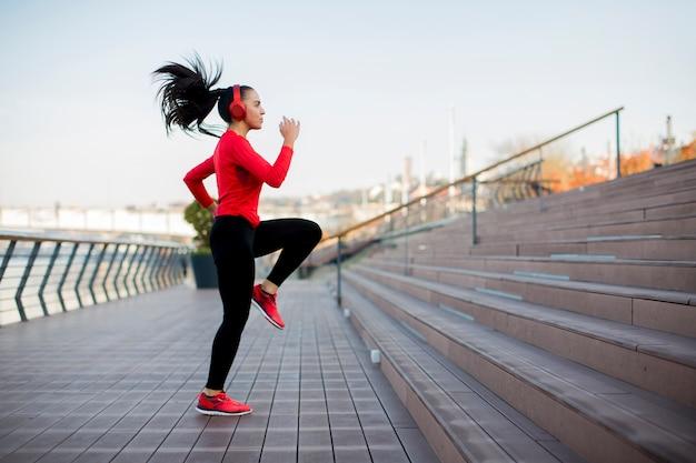 Femme de fitness saut en plein air Photo Premium
