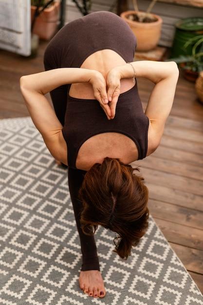 Femme Flexible Plein Coup à L'intérieur Photo gratuit