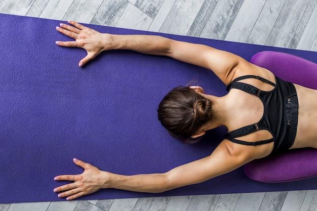 Femme, flexion, vue dessus Photo gratuit