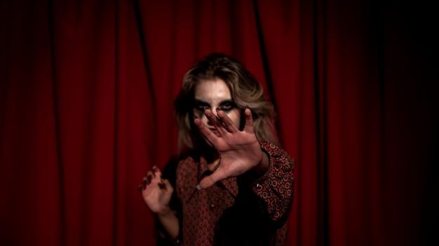 Femme floue cachant son visage avec la main Photo gratuit
