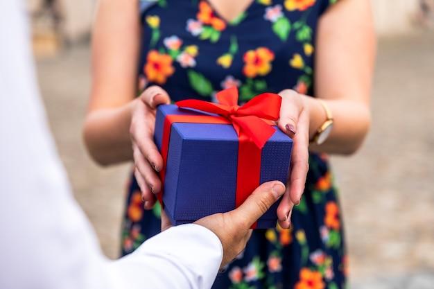 Femme floue recevant un cadeau Photo gratuit