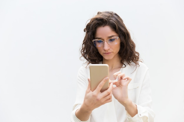 Femme Focalisée Dans Des Verres Textos Message, Consulting Internet Photo gratuit
