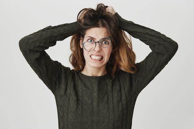 Une Femme Folle Désespérée ébouriffe Les Cheveux, Porte Des Lunettes Tordues, Serre Les Dents De Désespoir Et De Colère Photo gratuit