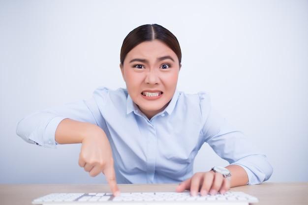 Femme folle avec les mains sur le clavier Photo Premium