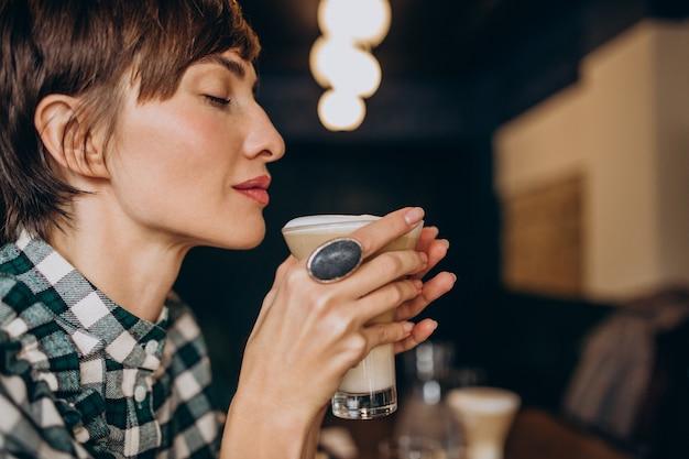 Femme Française Au Café Buvant Du Latte Photo gratuit