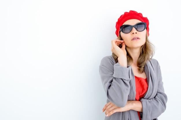 Une femme française élégante réfléchie qui tourne les cheveux Photo gratuit