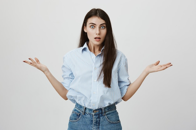 Femme Frustrée En Haussant Les épaules Et à L'ennui Photo gratuit
