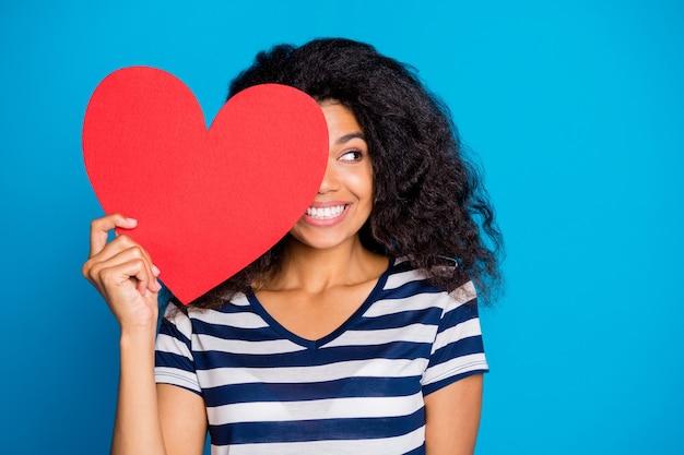 Femme Funky Tenir Grosse Carte De Papier Rouge Coeur Fermer Le Visage Photo Premium