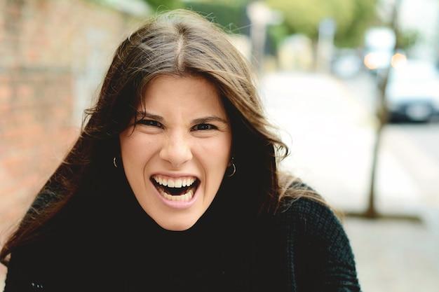 Femme furieuse en colère criant de rage Photo Premium