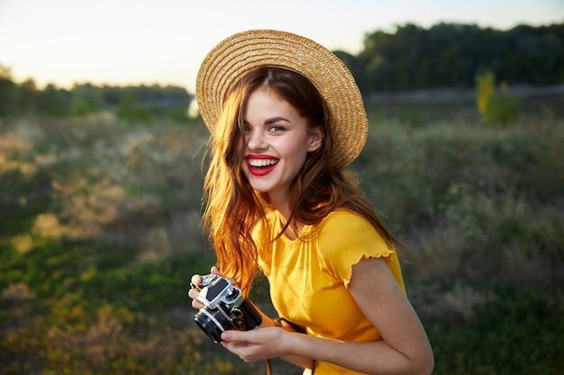 Femme Gaie, à, Appareil Photo, Porter, Chapeau Photo Premium
