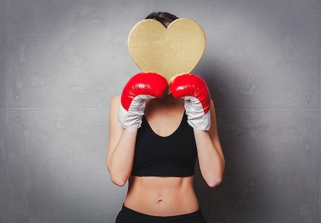 Femme, gants, boxe, coeur, forme, cadeau, mains Photo Premium