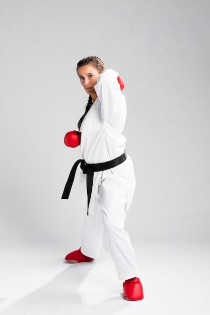 Femme avec des gants de boxe sur fond blanc Photo gratuit