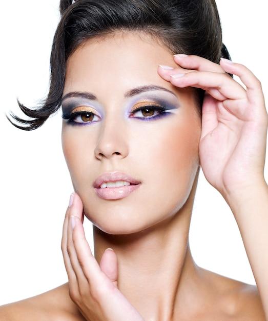 Femme Glamour Avec Maquillage De Mode Moderne Regardant La Caméra Photo gratuit