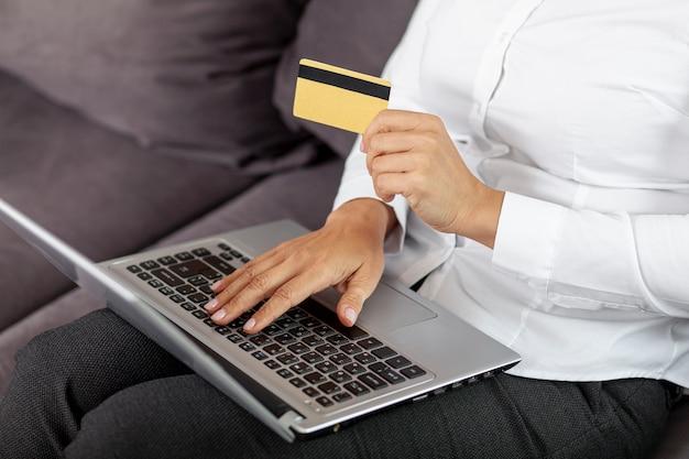 Femme grand angle acheter des choses en ligne Photo gratuit