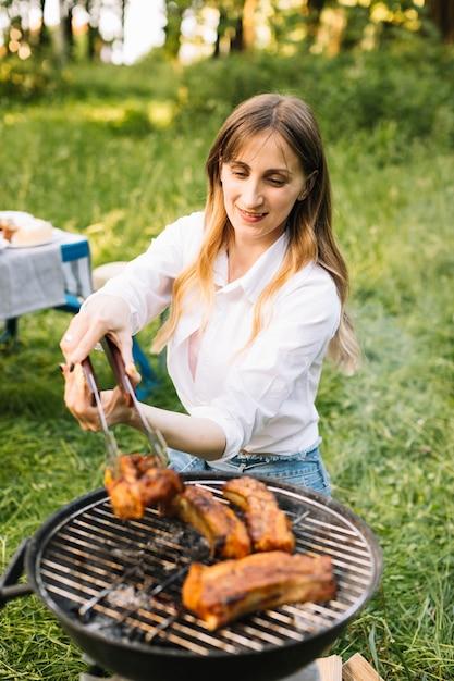 Femme, grillade, nature Photo gratuit