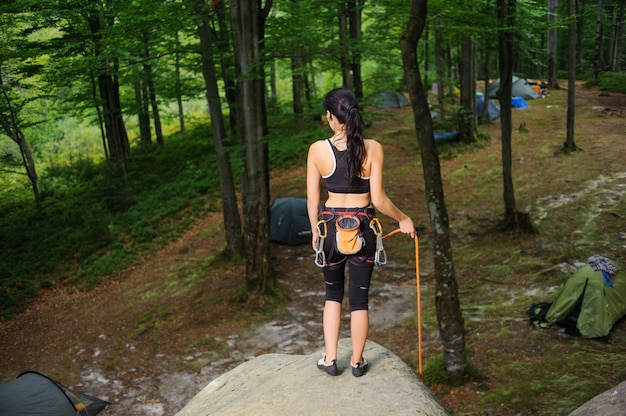Femme, grimpeur, debout, gros, naturel, rocher, forêt Photo Premium