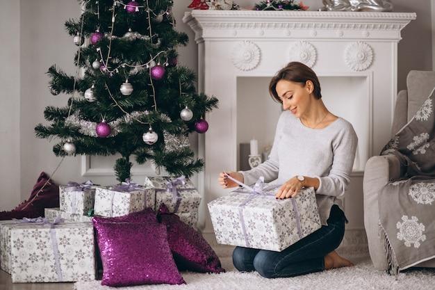 Femme avec gros cadeaux noël Photo gratuit