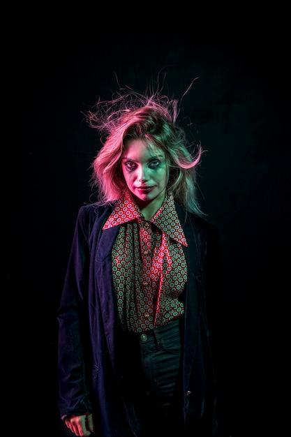 Femme habillée en joker et cheveux drôles Photo gratuit