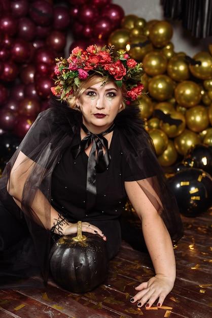 Femme Habillée En Sorcière Avec Des Fleurs Sur La Tête Photo Premium