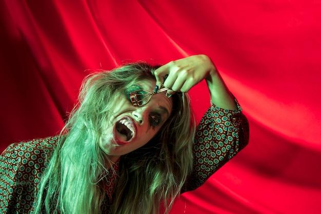 Femme, à, halloween, joker, maquillage, et, recourbe cils