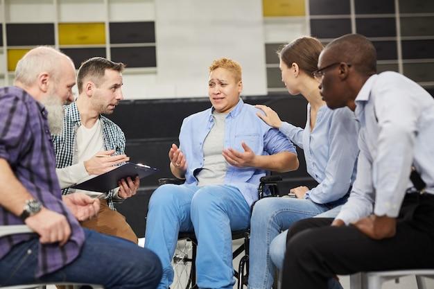 Femme Handicapée Dans Un Groupe De Soutien Photo Premium