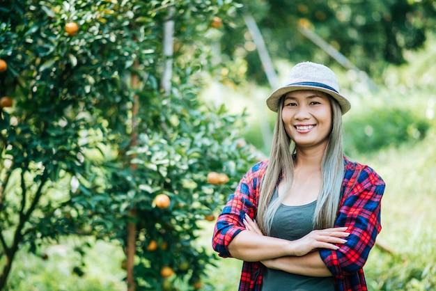 Femme havesting orange plantation Photo gratuit
