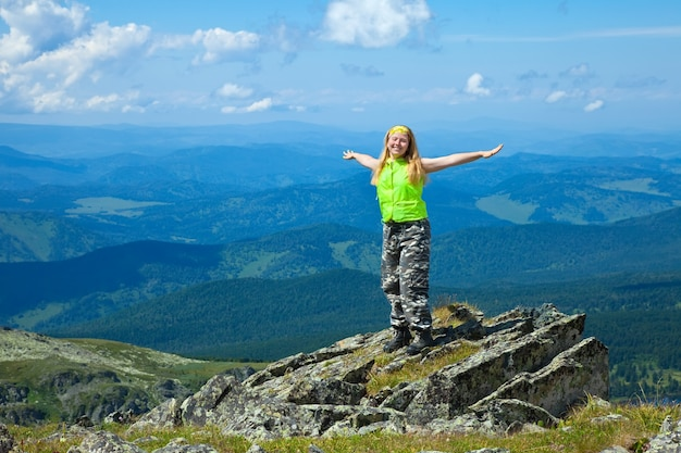 Femme Heureuse Au Sommet De La Montagne Photo gratuit