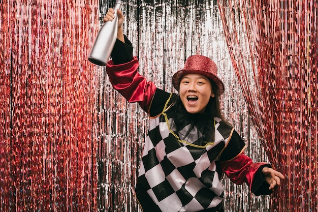 Femme Heureuse, à, Bouteille Champagne Photo gratuit
